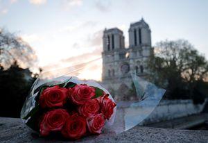 Un mazzo di fiori davanti a Notre-Dame ferita (Reuters)