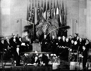 Un momento della cerimonia svoltasi a Washington il 4 aprile 1949 che sancì la nascita della Nato (North atlantic treaty organization, Organizzazione del trattato dell'Atlantico del nord): 12 i Paesi fondatori (per l'Italia firmò l'allora ministro degli Esteri, il conte Carlo Sforza, 1872-1952); oggi gli Stati membri sono in tutto 29.
