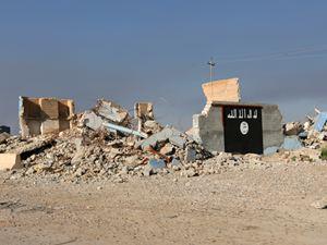 La bandiera del Califfato sulle macerie poco fuori da al-Alam, in Iraq (Reuters, 2015)