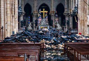 L'interno della cattedrale di Notre-Dame dopo l'incendio (Ansa)