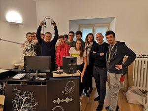 I ragazzi del Centro Lollo con il conduttore Nicola Savino (51 anni) e don Domenico, alla postazione della webradio, un innovativo progetto per la riabilitazione.