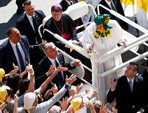 Francesco saluta i giovani a Loreto (Ansa)
