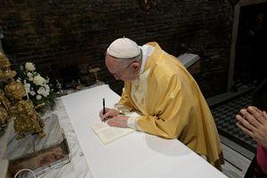 """Il Papa il 25 marzo scorso firma a Loreto l'esortazione """"Christus vivit"""" (Ansa)"""