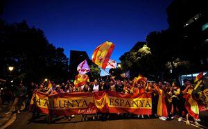 Manifestazione di catalani unionisti a Barcellona il 3 ottobre 2018 (foto Reuters).