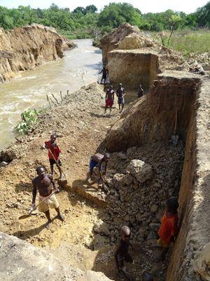 In questa e nelle immagini che seguono il lavoro di estrazione dell'oro nella miniera alluvionale in concessione alla società cinese (tutte le immagini di questo articolo sono di padre Aurelio Gazzera)