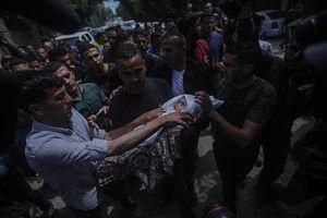 Il funerale di una bambina di pochi mesi morta nei bombardamenti a Gaza (foto Ansa).