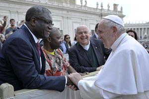 Roma, 22 maggio 2019. Denis Mukwege con papa Francesco in Piazza San Pietro, al termine dell'udienza generale. Tra loro, don Ampelio Crema, presidente del Centro culturale San Paolo. Foto Ansa.