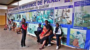 L'interbo dell'ospedale di Panzi, alla periferia della città di Bukavu (Repubblica democratica del Congo), dove opera Mukwege. La parete fotografata è di recente costruzione: serve a proteggere la parte dove il medico ha il suo studio. Mukwege infatti ha già subito la distruzione dell'ospedale precedente dove lavorava (fino al 1999), e un tentativo di omicidio.