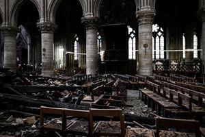 L'interno della Cattedrale distrutta dal fuoco (Reuters)