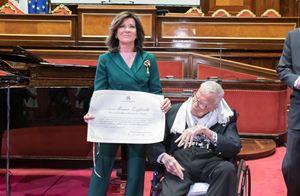 La Presidente del Senato, Elisabetta Casellati, consegna il premio a Franco Zeffirelli, nell'aula di Palazzo Madama, il 6 aprile scorso (Ansa)