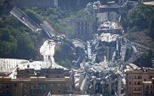Le macerie che restano dopo la demolizione definitiva dei piloni 10 e 11 del Ponte Morandi (Ansa)