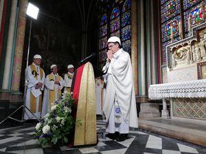 L'arcivescovo di Parigi Michel Aupetit mentre celebra la Messa (Reuters)