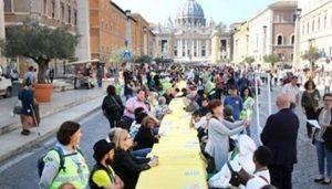 Nella foto: la scosa edizione della Tavolata senza muri. L'altro anno si è svolta solo a Roma. Quest'anno in 25 città.