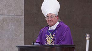 Monsignor Luigi Renzo, 72 anni, vescovo di Mileto-Nicotera-Tropea, all'apertura della fase diocesana della causa di beatificazione di Natuzza Evolo, il  6 aprile scorso.