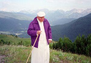 Giovanni Paolo II nel luglio 1996 durante le vacanze in Cadore (Ansa)