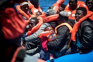 Un salvataggio di migranti naufragati nel Mediterraneo: la foto è stata distribuita il 15 maggio scorso dall'agenzia di stampa Ansa. In altyo e in copertina: padre Alex Zanotelli, 80 anni. Foto: Ansa.