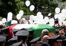 Tricolore, palloncini e tanta folla. I funerali del carabiniere ucciso