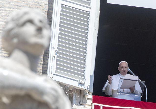 Il Papa all'Angelus: non si possono coniugare vita cristiana e compromessi