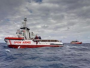 La nave della Ong Proactiva Open Arms. In copertina: Riccardo Gatti con due membri dell'equipaggio.