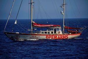 Il veliero della Open Arms che assicura gli approvvigionamenti alla nave madre.