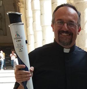 Don Luca Peyron, 46 anni, sacerdote dal 2007, responsabile della pastorale universitaria dell'arcidiocesi di Torino (foto tratta da Facebook).