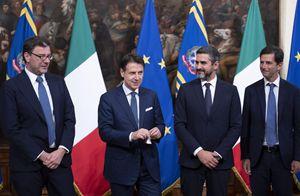 Il passaggio di consegne da Giorgetti a Conte e Fraccaro a Palazzo Chigi (Ansa)