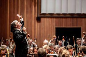 Un'immagine del concerto condotto da Ion Marin con l'Orchestra Filarmonica di San Pietroburgo. In alto: insieme al compositore (foto di Lorenza Daverio)
