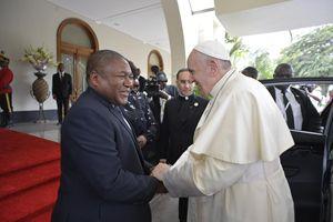 Papa Francesco con il presidente del Mozambico Filipe Nyusi (Ansa)