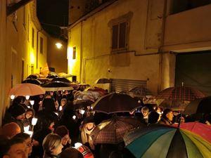 La fiaccolata di solidarietà a Mondovì, la sera di venerdì 24 gennaio 2020. Foto dell'agenzia di stampa Ansa.