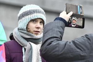 Greta oggi, giorno del suo compleanno, davanti al parlamento svedese