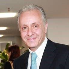 Luciano Regolo (Catanzaro, 1966) è condirettore dei settimanali Famiglia Cristiana e Maria con te
