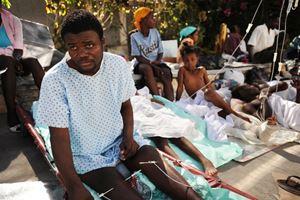 Nei giorni del sisma. Dopo che l'ospedale traumatologico di La Trinité crollò a causa del terremoto, i pazienti che si trovavano nell'edificio furono trasferiti in una clinica di fortuna realizzata con alcune tende nell'area della farmacia. I nuovi pazienti furono curati in strada. Dopo alcuni giorni divenne operativo un nuovo ospedale gonfiabile di MSF a Delmas.