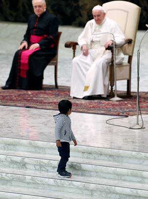 Papa Francesco all'udienza generale in Aula Nervi (Ansa)