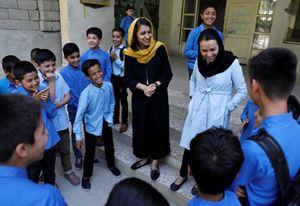 L'educatrice Freshta Karim, 27 anni, al centro con il velo giallo, in una scuola di Kabul