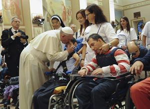 Papa Francesco saluta alcuni disabili durante la sua visita ad Assisi nel 2013 (Reuters)