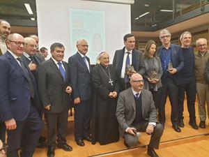 Tutti i premiati con il vescovo di Caserta (al centro).