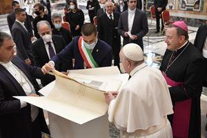 Papa Francesco riceve in udienza una delegazione della diocesi di Ravenna-Cervia per l'Anno dantesco. Foto Osservatore Romano/Vatican Media
