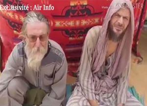 Padre Maccalli e Nicola Chiacchio in un frame del video girato il 24 marzo 2020 nel Nord del Mali dove erano tenuti prigionieri (Ansa).