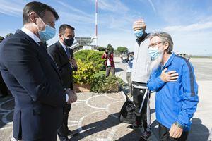 Padre Maccalli e Chiacchio ricevuti a Ciampino dal premier Conte e dal ministro degli Esteri Di Maio. Foto Ansa.