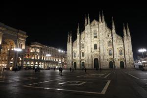 Piazza Duomo a Milano semideserta nei giorni scorsi (Ansa)