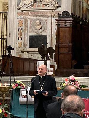 Il cardinale Gianfranco Ravasi riceve il riconoscimento.