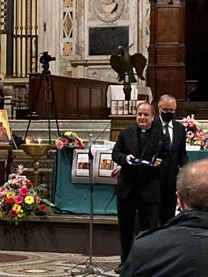 La consegna del premio a don Valdir José de Castro, superiore dei Paolini.