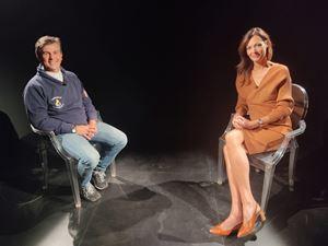 La conduttrice Eva Crosetta con don Gianni Castorani