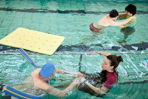 Attività motoria in piscina nel centro della Lega del filo d'oro a Lesmo (Monza e Brianza).