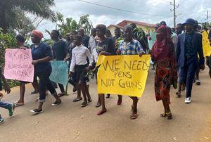 Un corteo di protesta, a Kumba, dopo la trage dei bambini del 24 ottobre.