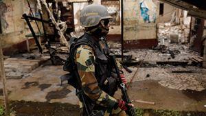 Un militare camerunense durante un rastrellamento nelle regioni anglofone del Paese africano.