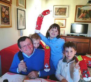 Da sinistra, nonno Francesco abbracciato al nipotino che porta il suo nome; Anna e Samuele in una foto ricordo