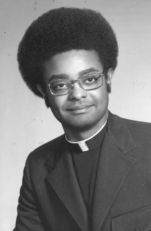 Wilton Gregory nel 1973, al tempo dell'ordinazione sacerdotale.