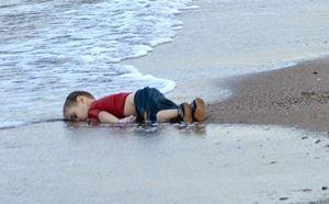 Il piccolo Aylan, trovato morto sulla spiaggia di Bodrum, in Turchia, nell'ottobre del 2015.