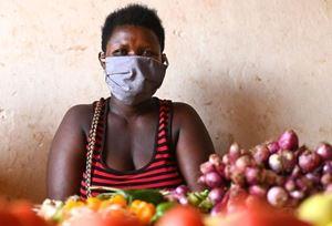 Una delle donne parte di una cooperativa di lavoro femminile in Kenya.